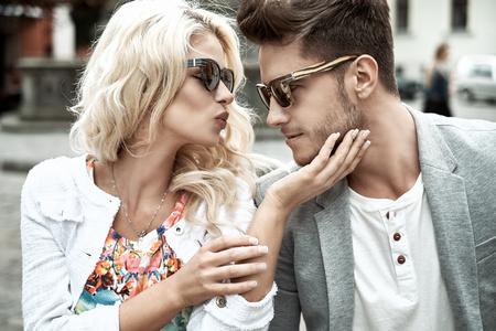 parejas romanticas: Bellas mierda de un coulple joven que besa a estar en la fecha Foto de archivo