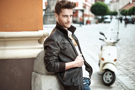 chaqueta: Retrato de un hombre joven y guapo Foto de archivo