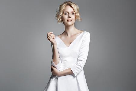 Retrato de una mujer rubia delicada