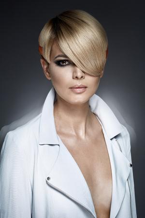 トレンディなヘアカットとファッションの女の子