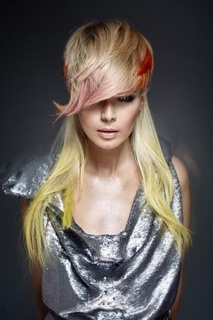トレンディな髪形を着色のきれいな女性
