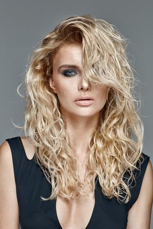 cabello rubio: beautifu mujer con largo cabello rubio rizado