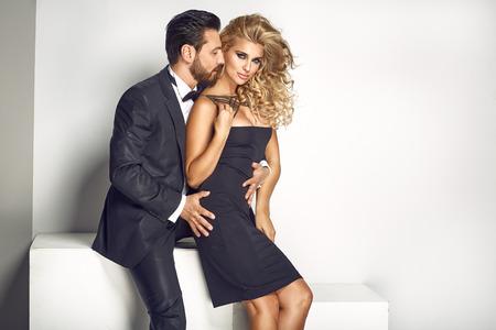 魅力的で官能的なカップルを閉じる一緒にポーズ 写真素材