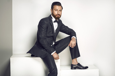 Handsome man posing in a stylish tuxedo Banque d'images