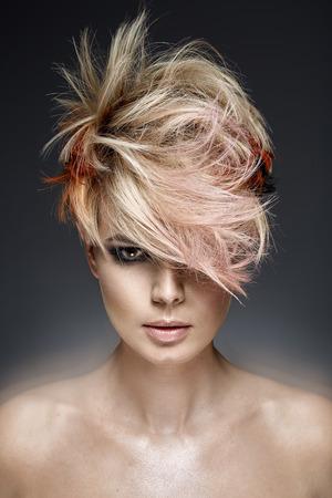 Portret van een vrolijke vrouw met een gekleurde coiffure