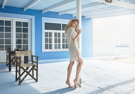 夏の屋外、セーターを着ている官能的な若い金髪モデルのファッション ポートレート