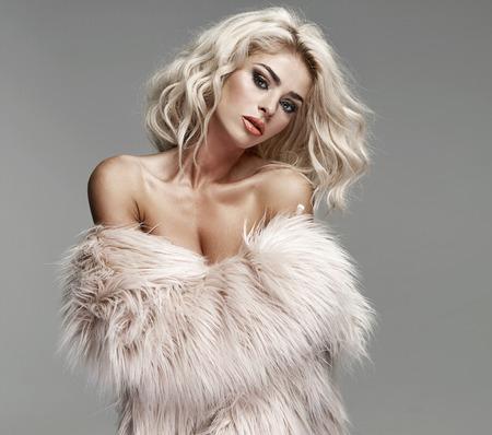 金髪の若い女性のポートレート、クローズ アップ 写真素材