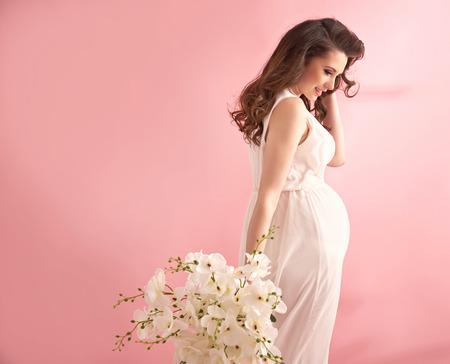 Portret van een ontspannen, tevreden zwangere dame Stockfoto