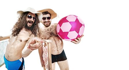 Portret van twee grappige vrienden op het geïsoleerde de zomerstrand -
