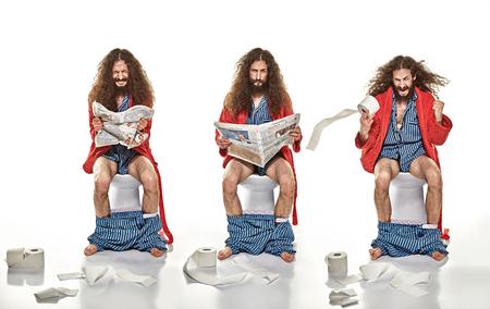 화장실에 앉아있는 성인 남자의 재미 있은 이미지 스톡 콘텐츠