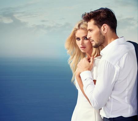 彼らの休暇を楽しんでいるエレガントで魅力的なカップル