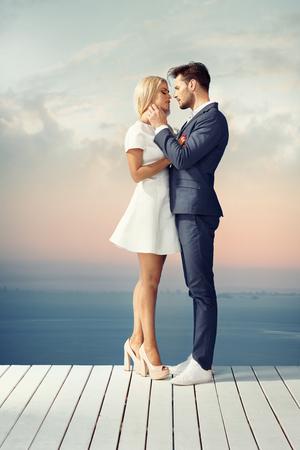 Casal jovem e inteligente em um encontro