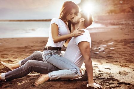 91658429-foto-de-moda-de-um-casal-atraente-beijando-no-para%C3%ADso.jpg?ver=6
