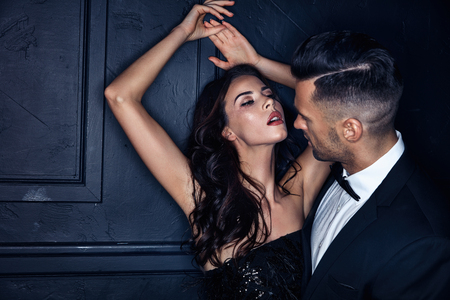 彼女のハンサムな恋人を誘惑するセクシーな女性の肖像画