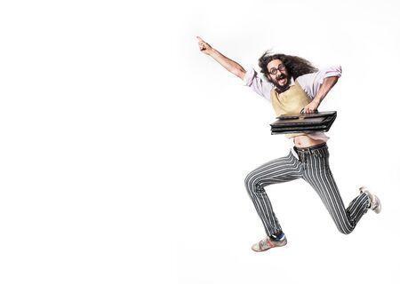 Potrait d'un nerd sautant tenant une mallette en cuir
