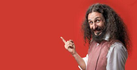 Exzentrischer, lustiger Telemarketer, der über einem roten Hintergrund posiert