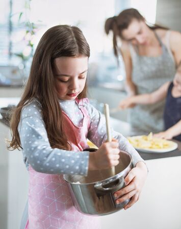 Cheerful family making delicious crepes in the home kitchen Imagens - 143385324