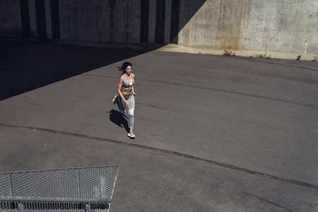 Attractive woman running in the urban area Imagens