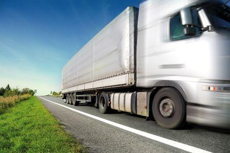 camión: Plata de conducci�n en carretera de pa�s de camiones  Foto de archivo