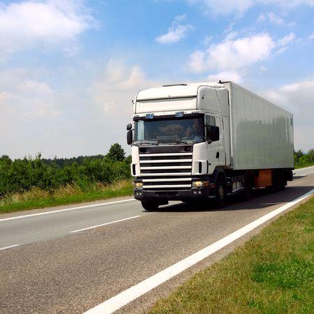 Camion blanche sur route asphaltée  Banque d'images