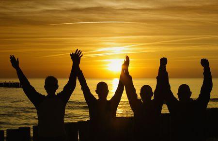 unità e forza - silhouette al tramonto