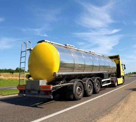 barco petrolero: Cami�n de cisterna de gas combustible grandes en carretera  Foto de archivo