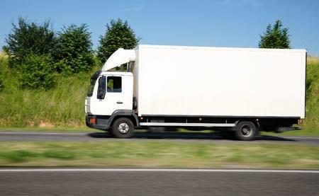 Velocità del camion bianco Archivio Fotografico