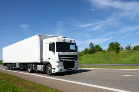 하얀 트럭이 길을 가고있다.