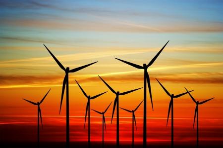 energia renovable: Molino de viento en la puesta de sol