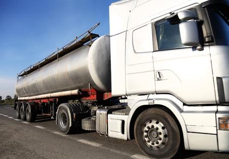 barco petrolero: Cami�n cisterna de combustible
