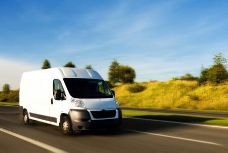 흰색 배달 밴 고속도로에서 스톡 콘텐츠