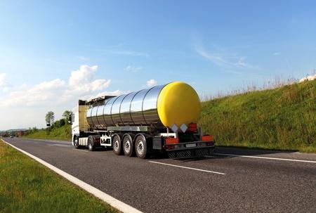 barco petrolero: Cami�n cisterna de combustible (nombres eliminados) Foto de archivo