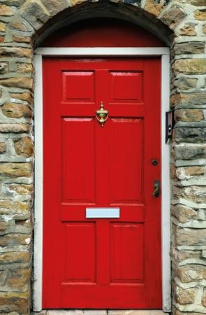 puertas de madera: puerta roja ingl�s Foto de archivo