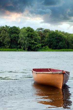 외로운 낚시 보트 호수에 떠있는