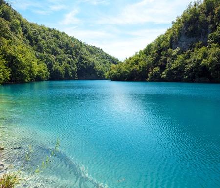 cascades: meer in diepe woud Stockfoto