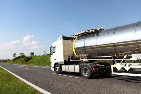 cami�n cisterna: De combustible de camiones cisterna Foto de archivo