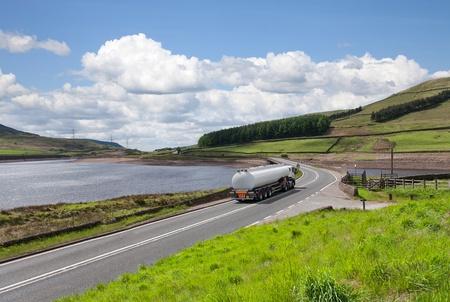 camión cisterna: Tanque de combustible a largo de la carretera