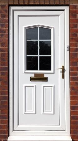 cerrar la puerta: puerta de entrada en blanco en un edificio de ladrillo rojo, Reino Unido
