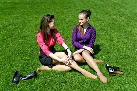 Jonge ondernemers ontspannen op het gras