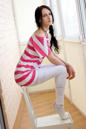 Blanke jonge vrouw op de stoel