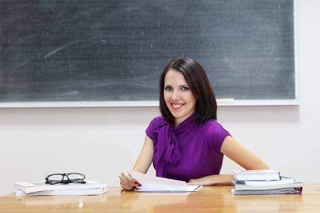 Jonge Kaukasische vrouw in de buurt van de blackboard