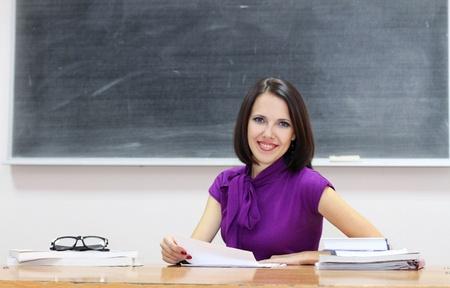 leraar: Jonge blanke vrouw in de buurt van het bord