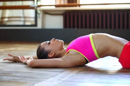 gymnastik: Unga kaukasiska kvinna dansare poserar