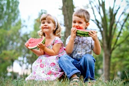 Jongen en meisje met watermeloen