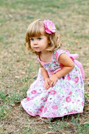 blonde yeux bleus: Caucase petite fille marche dans le parc