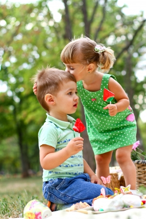 Blanke jongen en meisje in het park