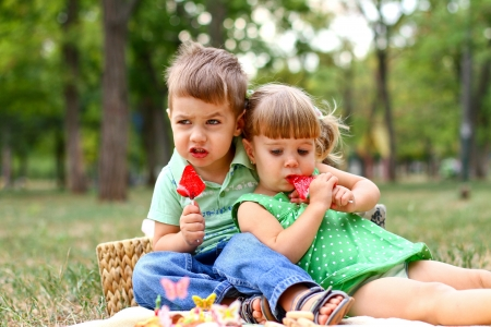 Caucasian little boy and girl in the park 版權商用圖片