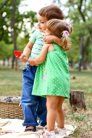 Kaukasische kleine jongen en meisje in het park