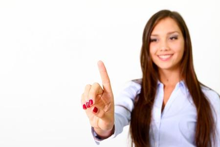 Jonge zakenvrouw duwen of wijst met een transparant scherm geïsoleerd op witte achtergrond Stockfoto