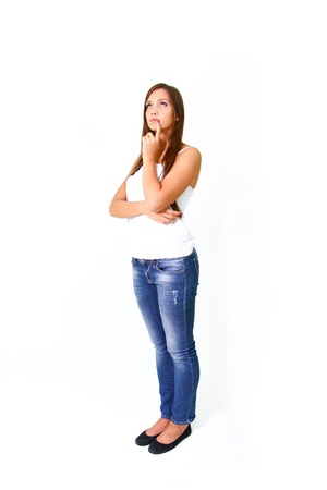 donna pensiero: Bella giovane donna che pensa e che osserva in su Archivio Fotografico